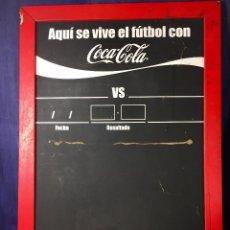 Coleccionismo de Coca-Cola y Pepsi: COCACOLA AQUI SE VIVE EL FUTBOL CON COCA COLA PIZARRA RESULTADOS VS EQUIPOS BALON AÑOS 70 71X50CMS. Lote 78030949