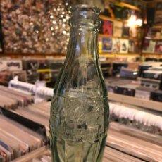 Coleccionismo de Coca-Cola y Pepsi: ANTIGUA BOTELLA DE COCA COLA CON LAS LETRAS EN RELIEVE MARCA REGISTRADA NOMBRE Y BOTELLA MARCA REG. Lote 82756700