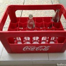 Coleccionismo de Coca-Cola y Pepsi: ANTIGUA CAJA DE COCA COLA DE PLÁSTICO CON 2 BOTELLAS DE CRISTAL. Lote 83938712
