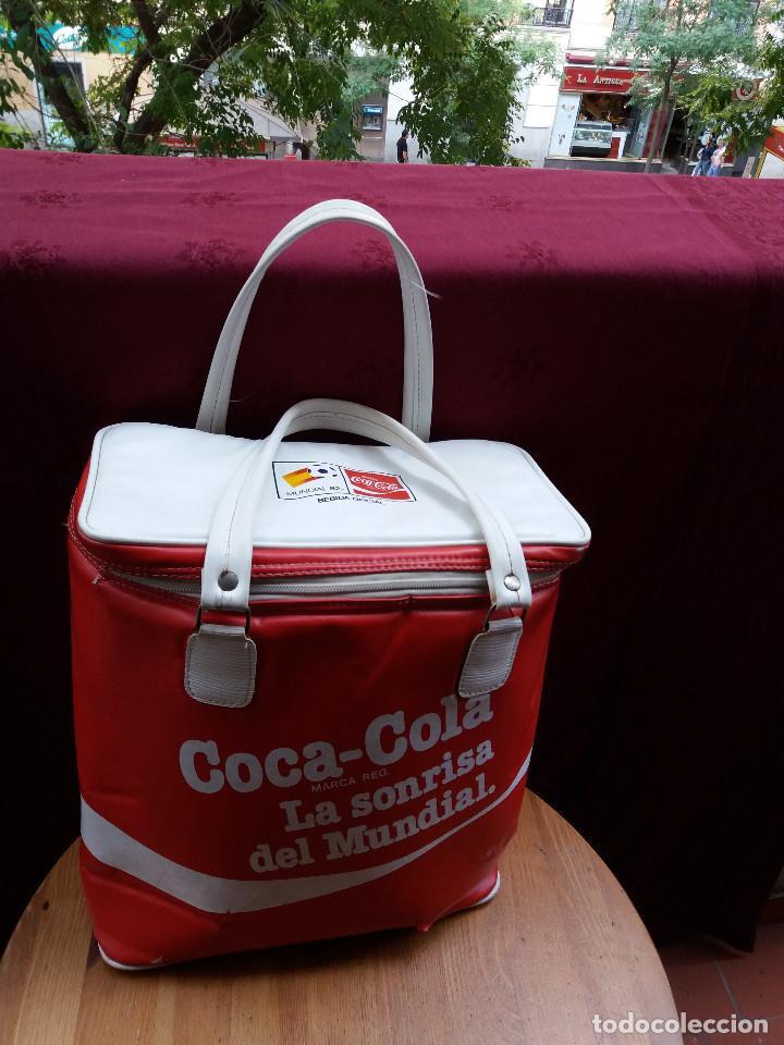 NEVERA COCA COLA MUNDIAL 82, CON DOS ASAS (Coleccionismo - Botellas y Bebidas - Coca-Cola y Pepsi)