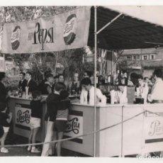 Coleccionismo de Coca-Cola y Pepsi: INTERESANTE FOTOGRAFIA PEPSI COLA BARRA DE BAR MEDIDAS 20,5 X 16 CM 1964. Lote 87683920