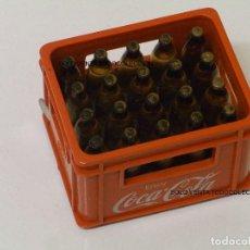 Coleccionismo de Coca-Cola y Pepsi: CAJA BEBIDAS COCA COLA A ESCALA CON CINTA MÉTRICA. Lote 98748083