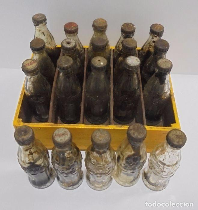 Coleccionismo de Coca-Cola y Pepsi: Caja con 20 botellas de Coca Cola.miniatura .Publicitaria. Años 50. Ver fotos - Foto 2 - 101255459