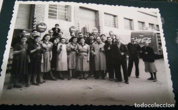 FOTOGRAFÍA ANTIGUA DE GRUPO DE TRABAJADORES DE FIESTA (FABRICA COCA- COLA AÑOS 50 SABADELL) (Coleccionismo - Botellas y Bebidas - Coca-Cola y Pepsi)