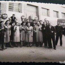 Coleccionismo de Coca-Cola y Pepsi: FOTOGRAFÍA ANTIGUA DE GRUPO DE TRABAJADORES DE FIESTA (FABRICA COCA- COLA AÑOS 50 SABADELL). Lote 101789263