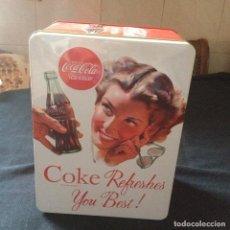 Coleccionismo de Coca-Cola y Pepsi: CAJA,LATA DE COCA COLA . COKE REFRESHES YOU BEST. 2011.IMAGEN ANTIGUA EN RELIEVE. COLECCIONISTAS.. Lote 112169179
