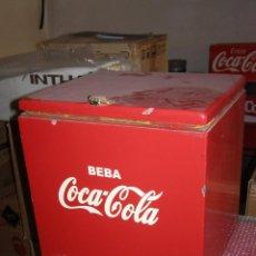 Coleccionismo de Coca-Cola y Pepsi: NEVERA COCA COLA HIELO MADERA. CUADRADA. BEBA COCA COLA. CON CIERRE DE CANDADO. 60´S. Lote 112805903