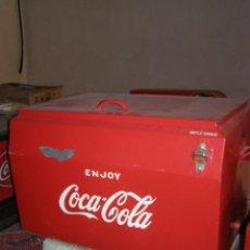 Coleccionismo de Coca-Cola y Pepsi: NEVERA COCA COLA METÁLICA. HIELO. GIBM . AMERICANA. ABRIDOR RISS RASS. ORIGINAL AÑO 1950S.. Lote 113382975