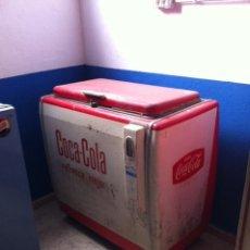 Coleccionismo de Coca-Cola y Pepsi: ANTIGUA NEVERA BOTELLERO DE COCA-COLA, AÑOS 60S. Lote 115321291
