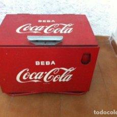 Coleccionismo de Coca-Cola y Pepsi: NEVERA COCA-COLA METÁLICA ESPAÑOLA. ORIGINAL DE 1960S. CON ABRIDOR FRONTAL.. Lote 115621699