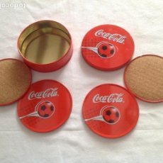 Coleccionismo de Coca-Cola y Pepsi: JUEGO POSAVASOS METAL COCA COLA CON CAJA TEMÁTICA FÚTBOL. Lote 116945939