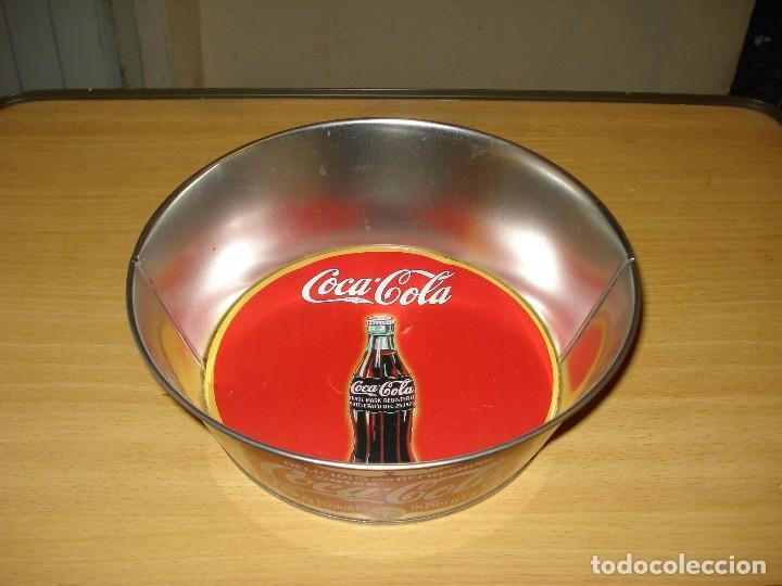 MERCHANDISING COCA-COLA: BOL DE LATÓN CON INSCRIPCIÓN VINTAGE. DIBUJO BOTELLA COCA-COLA FONDO ROJO (Coleccionismo - Botellas y Bebidas - Coca-Cola y Pepsi)