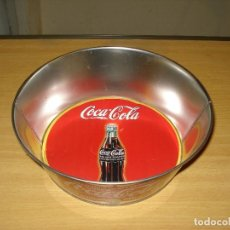 Coleccionismo de Coca-Cola y Pepsi: MERCHANDISING COCA-COLA: BOL DE LATÓN CON INSCRIPCIÓN VINTAGE. DIBUJO BOTELLA COCA-COLA FONDO ROJO. Lote 122816547