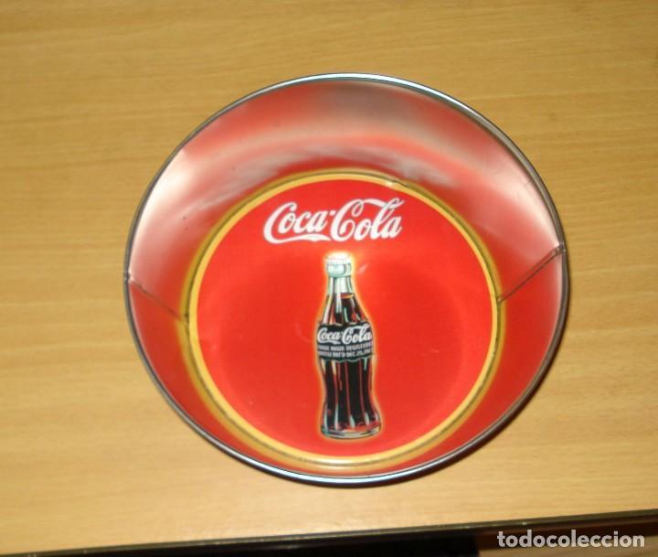 Coleccionismo de Coca-Cola y Pepsi: MERCHANDISING COCA-COLA: BOL DE LATÓN CON INSCRIPCIÓN VINTAGE. DIBUJO BOTELLA COCA-COLA FONDO ROJO - Foto 2 - 122816547