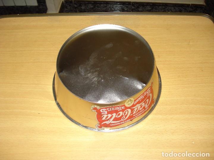 Coleccionismo de Coca-Cola y Pepsi: MERCHANDISING COCA-COLA: BOL DE LATÓN CON INSCRIPCIÓN VINTAGE. DIBUJO BOTELLA COCA-COLA FONDO ROJO - Foto 3 - 122816547