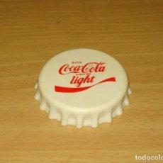 Coleccionismo de Coca-Cola y Pepsi: ABREBOTELLAS BLANCO FORMA CHAPA COCA-COLA LIGHT. Lote 124548135