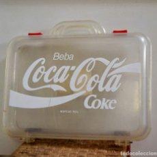 Coleccionismo de Coca-Cola y Pepsi: MALETA MALETIN PLASTICO TRANSPARENTE * BEBA COCA COLA COKE * 40CM X 34,5CM * MUY RARO. Lote 127625351