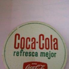 Coleccionismo de Coca-Cola y Pepsi: ANTIGUO POSAVASO COCACOLA, COCA-COLA REFRESCA MEJOR CARTÓN RÍGIDO. Lote 130367090