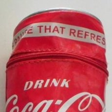 Coleccionismo de Coca-Cola y Pepsi: ESTUCHE / LAPICERO COCA COLA, IMITA LATA REFRESCO. Lote 131108060