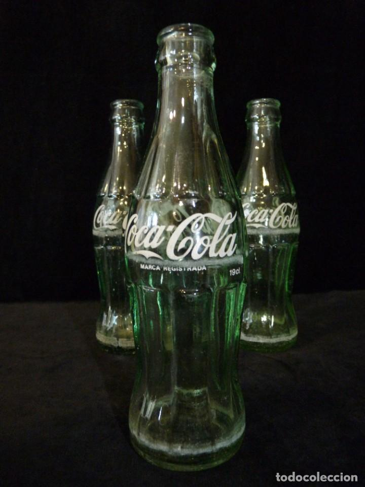 Coleccionismo de Coca-Cola y Pepsi: LOTE DE 3 BOTELLINES CRISTAL DE COCA COLA SERIGRAFIADOS. 19 CL. BOTELLA COCACOLA - Foto 2 - 133993042