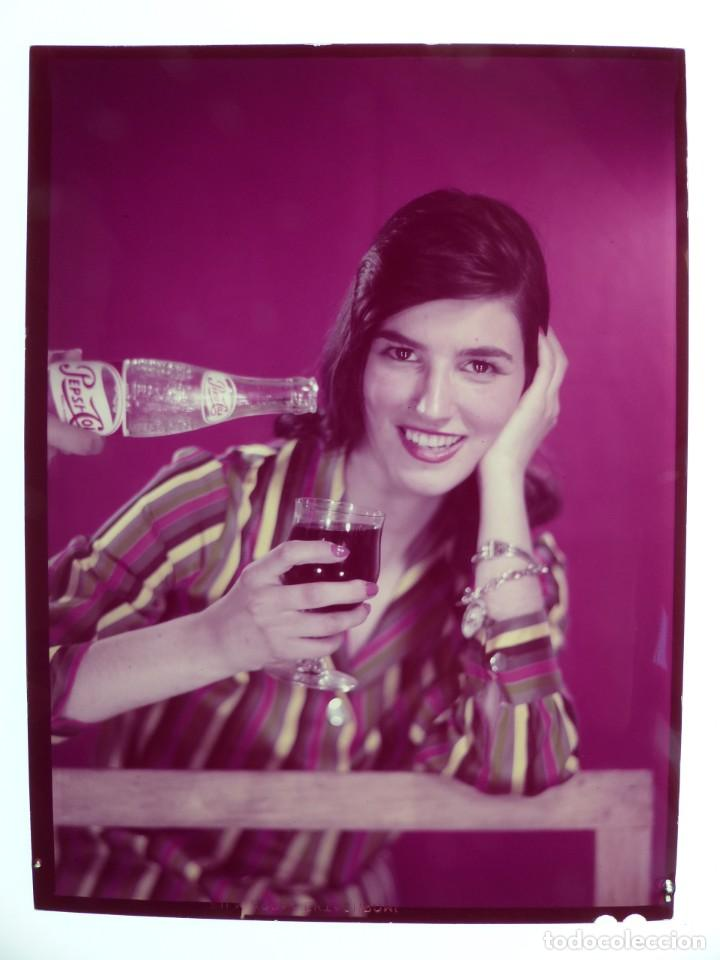 SEÑORITA TOMANDO UNA PEPSI - CLICHE POSITIVO A COLOR EN CELULOIDE DE LA LITOGRAFIA ORTEGA -AÑOS 1950 (Coleccionismo - Botellas y Bebidas - Coca-Cola y Pepsi)