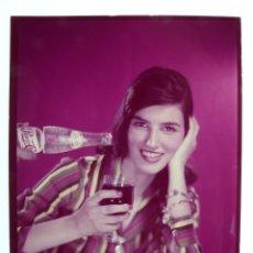 Coleccionismo de Coca-Cola y Pepsi: SEÑORITA TOMANDO UNA PEPSI - CLICHE POSITIVO A COLOR EN CELULOIDE DE LA LITOGRAFIA ORTEGA -AÑOS 1950. Lote 134189534