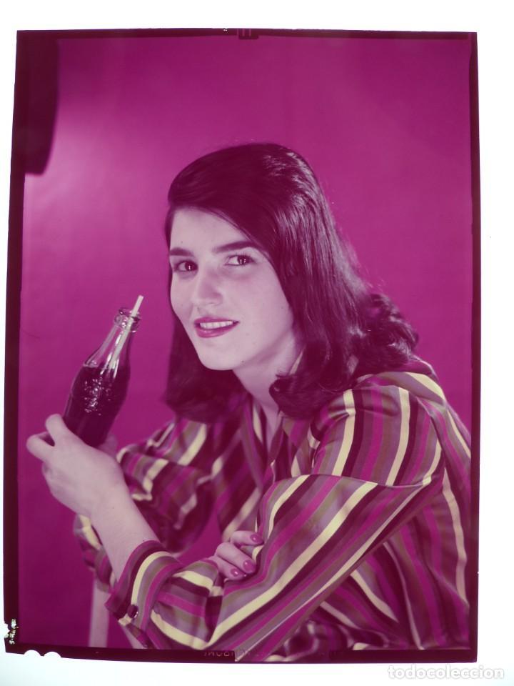 SEÑORITA TOMANDO COCA-COLA - CLICHE POSITIVO A COLOR EN CELULOIDE DE LA LITOGRAFIA ORTEGA -AÑOS 1950 (Coleccionismo - Botellas y Bebidas - Coca-Cola y Pepsi)