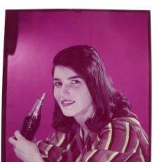 Coleccionismo de Coca-Cola y Pepsi: SEÑORITA TOMANDO COCA-COLA - CLICHE POSITIVO A COLOR EN CELULOIDE DE LA LITOGRAFIA ORTEGA -AÑOS 1950. Lote 134190810