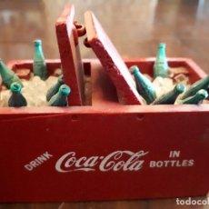 Coleccionismo de Coca-Cola y Pepsi: NEVERA HIELO COCA-COLA MINIATURA. ARCÓN. MADERA. BOTELLERO. ORIGINAL AÑOS 50S. Lote 136116482