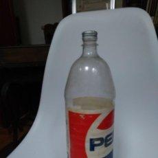 Coleccionismo de Coca-Cola y Pepsi: BOTELLA PEPSI ANTIGUA. 2 LITROS. PLÁSTICO DURO Y METAL.. Lote 136761826