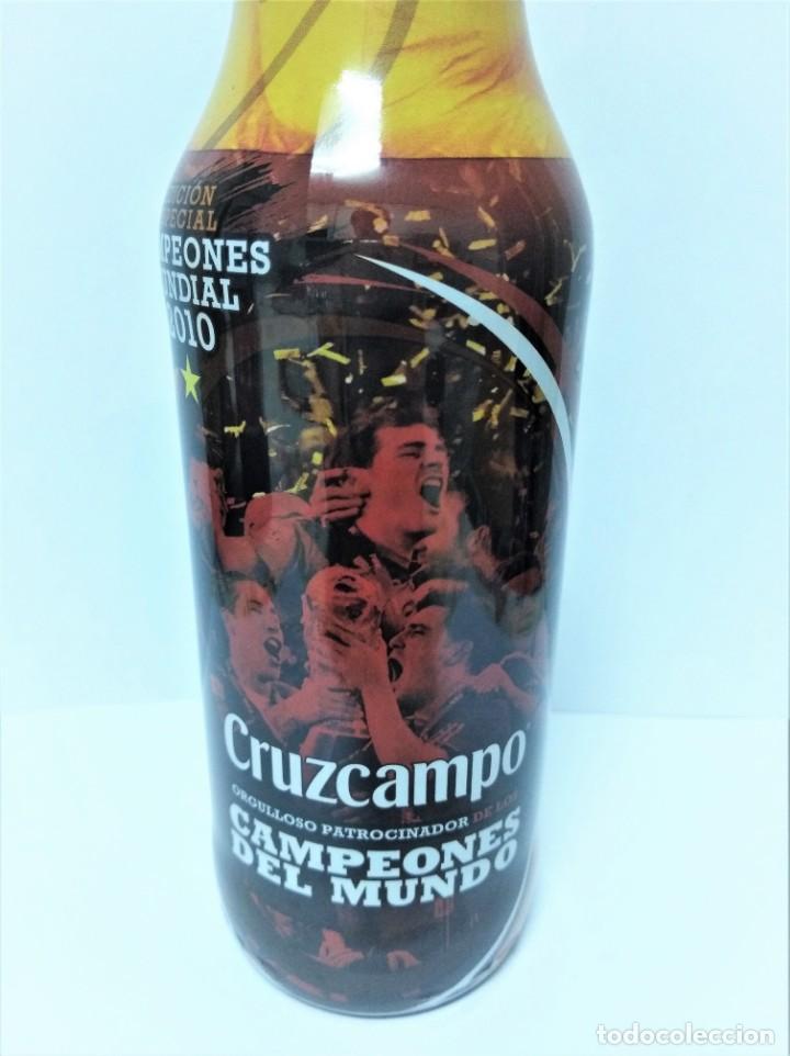 Coleccionismo de Coca-Cola y Pepsi: CERVEZA CRUZ CAMPO - BOTELLA CAMPEONES DEL MUNDO 2010 CHAPA LLENA MUNDIAL FUTBOL - Foto 2 - 139658798