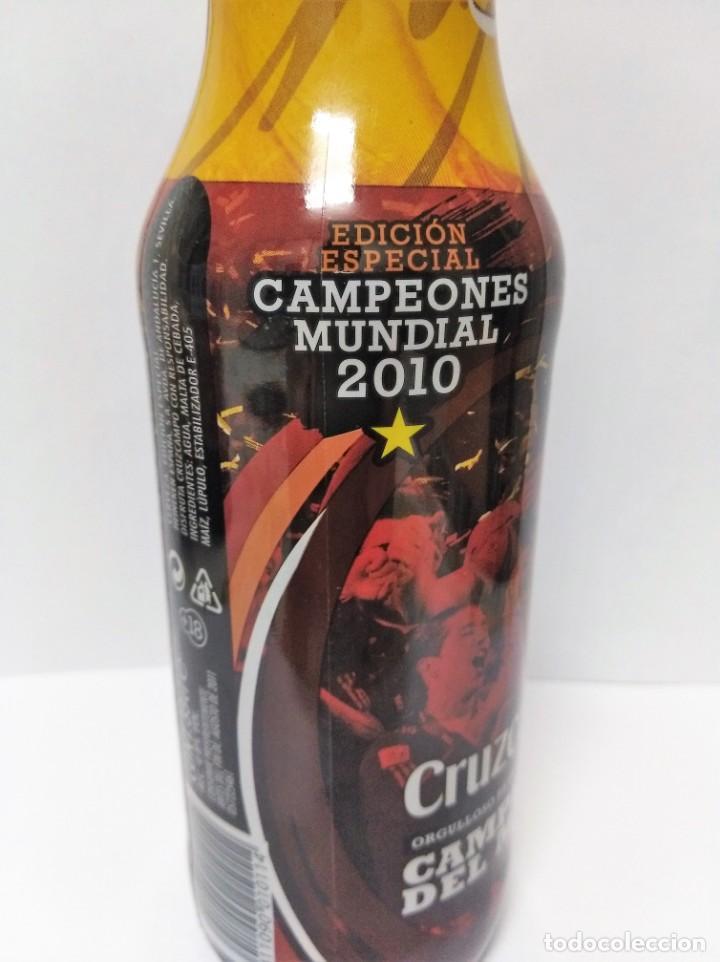 Coleccionismo de Coca-Cola y Pepsi: CERVEZA CRUZ CAMPO - BOTELLA CAMPEONES DEL MUNDO 2010 CHAPA LLENA MUNDIAL FUTBOL - Foto 3 - 139658798
