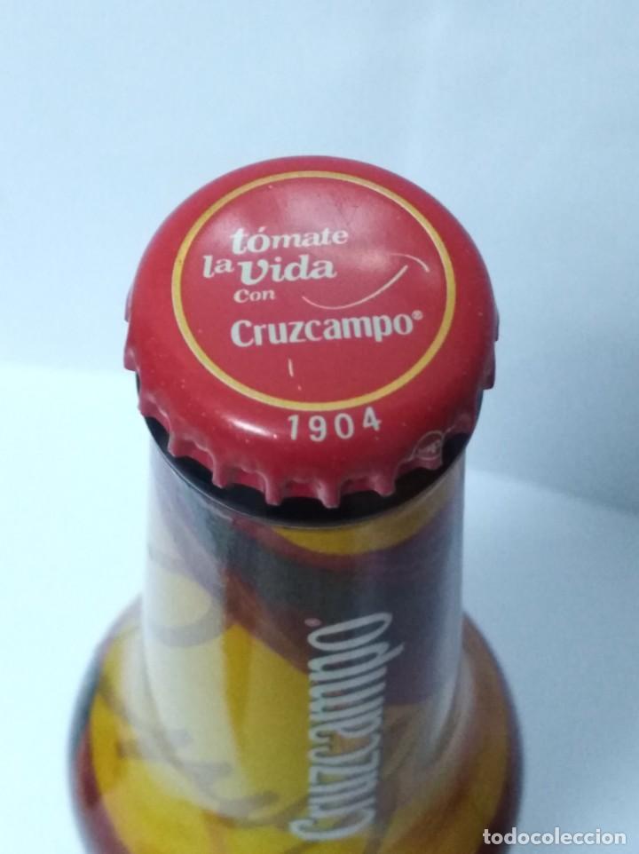 Coleccionismo de Coca-Cola y Pepsi: CERVEZA CRUZ CAMPO - BOTELLA CAMPEONES DEL MUNDO 2010 CHAPA LLENA MUNDIAL FUTBOL - Foto 4 - 139658798