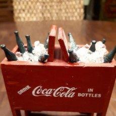 Coleccionismo de Coca-Cola y Pepsi: COCA-COLA ANTIGUA NEVERA HIELO MINIATURA. ORIGINAL DE 1950S. MADERA.. Lote 139744294