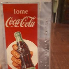Coleccionismo de Coca-Cola y Pepsi: CARTEL ALUMINIO TOME COCA-COLA BIEN FRÍA. ORIGINAL 1957. DEDICADO POR UN TRABAJADOR EN EL TROQUEL.. Lote 139901962