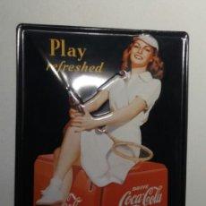Coleccionismo de Coca-Cola y Pepsi: CHAPA AÑO 1997 COCA COLA ''PLAY REFRESHED'' REPRODUCCIÓN DE UN CARTEL DE LOS AÑOS 40 COCA-COLA, COKE. Lote 140022394