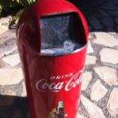 Coleccionismo de Coca-Cola y Pepsi: COCA-COLA PAPELERA METÁLICA BASCULANTE GRAN TAMAÑO. AMERICANA.. Lote 145459150