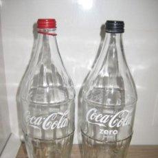 Coleccionismo de Coca-Cola y Pepsi: DOS BOTELLAS CRISTAL DE COCA COLA (SERIGRAFIA DE PEGATINA TRANSPARENTE). Lote 151146062