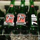 Coleccionismo de Coca-Cola y Pepsi: ANTIGUA CAJA CON 24 BOTELLAS DE SEVEN UP. SEVENUP 7UP SERIFRAFIA DIFERENTES AÑOS 70.VACIA. Lote 152525210