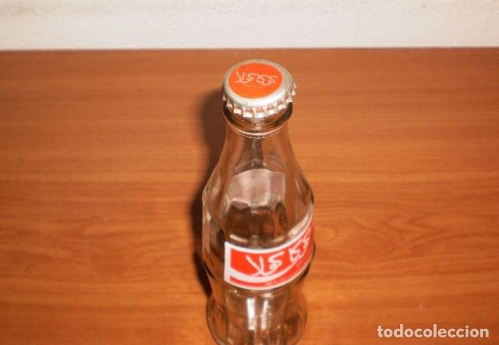 Coleccionismo de Coca-Cola y Pepsi: BOTELLA COCA-COLA MARRUECOS VACÍA. ETIQUETA PRENSADA. INCLUYE CHAPA - Foto 3 - 155388226