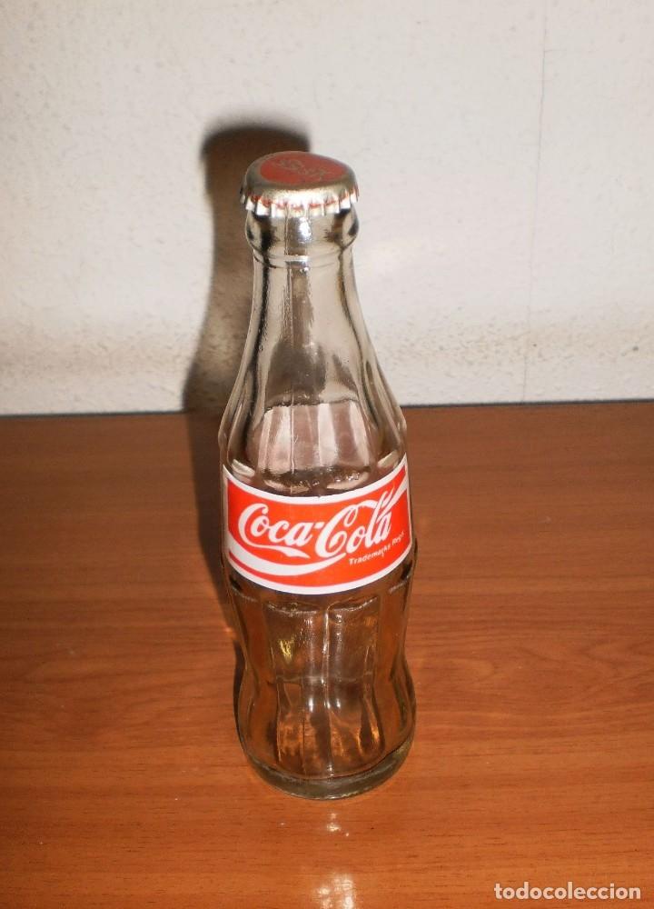 Coleccionismo de Coca-Cola y Pepsi: BOTELLA COCA-COLA MARRUECOS VACÍA. ETIQUETA PRENSADA. INCLUYE CHAPA - Foto 2 - 155388226