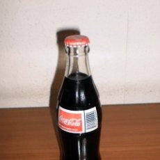 Coleccionismo de Coca-Cola y Pepsi: BOTELLA COCA-COLA VIDRIO 200 ML CON ETIQUETA EN INGLÉS PRENSADA Y CHAPA EN FRANCÉS. RARA. Lote 155386006