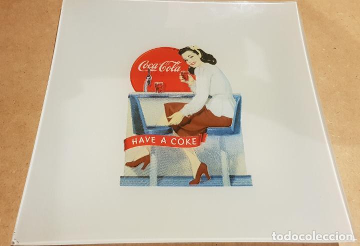 Coleccionismo de Coca-Cola y Pepsi: COCA-COLA / 2 PLATOS DE CRISTAL / CENICERO O VACIABOLSILLOS / CON CARTEL RETRO-VINTAGE. 20 X 20 CM. - Foto 2 - 158147798