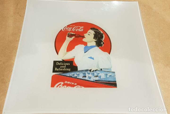 Coleccionismo de Coca-Cola y Pepsi: COCA-COLA / 2 PLATOS DE CRISTAL / CENICERO O VACIABOLSILLOS / CON CARTEL RETRO-VINTAGE. 20 X 20 CM. - Foto 3 - 158147798