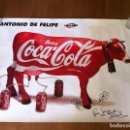 Coleccionismo de Coca-Cola y Pepsi: CARTEL VACA COCA-COLA DE ANTONIO DE FELIPE. FIRMADO, DEDICADO Y CON DIBUJO ORIGINAL. POP.. Lote 158859830
