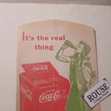 Coleccionismo de Coca-Cola y Pepsi: ANTIGUO SOBRE - COCA-COLA IT'S THE REAL THING - FOLD HERE - NO -DRIP BOTTLE PROTECTOR 17X10 CM. . Lote 161693802