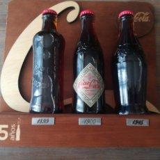 Coleccionismo de Coca-Cola y Pepsi: EXPOSITOR 3 BOTELLAS - COCA COLA CONMEMORACIÓN 125 ANIVERSARIO. Lote 166890561