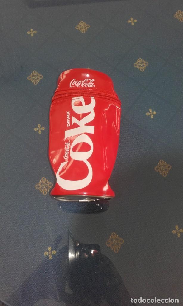 PORTA LATAS/ESTUCHE COCA COLA (16 X 8 CMS) (Coleccionismo - Botellas y Bebidas - Coca-Cola y Pepsi)