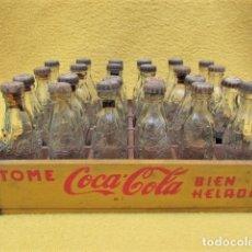 Coleccionismo de Coca-Cola y Pepsi: CAJA DE COCACOLA CON 24 BOTELLINES EN MINIATURA. VER FOTOS. MEDIDAS : 15,5 X 10 CM APROX. LA CAJA.. Lote 173170608