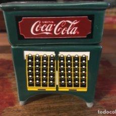 Coleccionismo de Coca-Cola y Pepsi: SALPIMENTERO NEVERA COCA-COLA. CERÁMICA. DOS PIEZAS. Lote 174643690